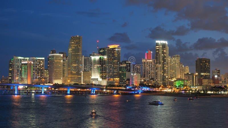 Staden av Miami horisont reflekterade i den Biscayne fjärden på natten arkivfoto
