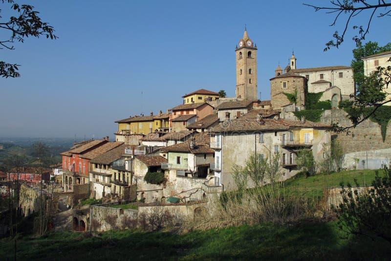 Staden av Monforte D 'album i nordliga Italien royaltyfri fotografi