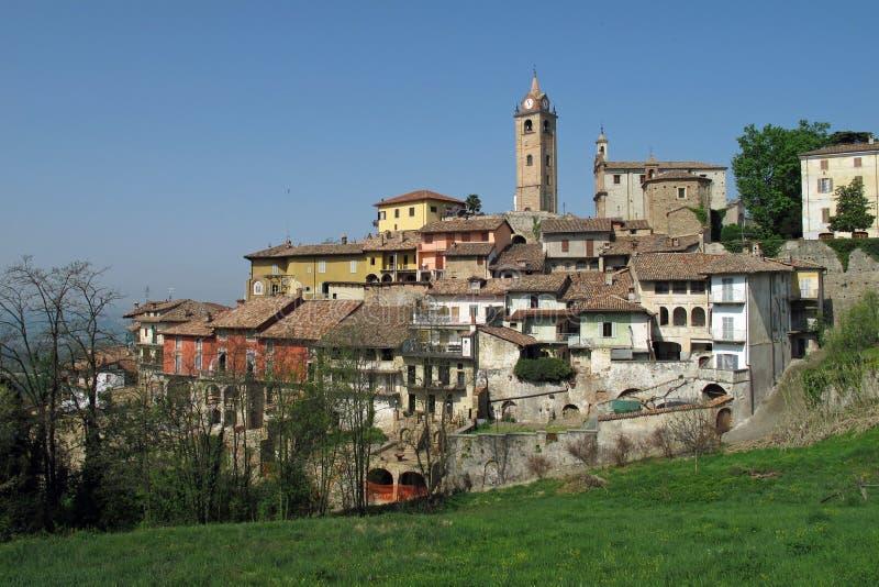 Staden av Monforte D 'album i nordliga Italien royaltyfria foton