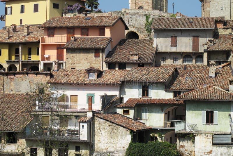 Staden av Monforte D 'album i nordliga Italien royaltyfri foto