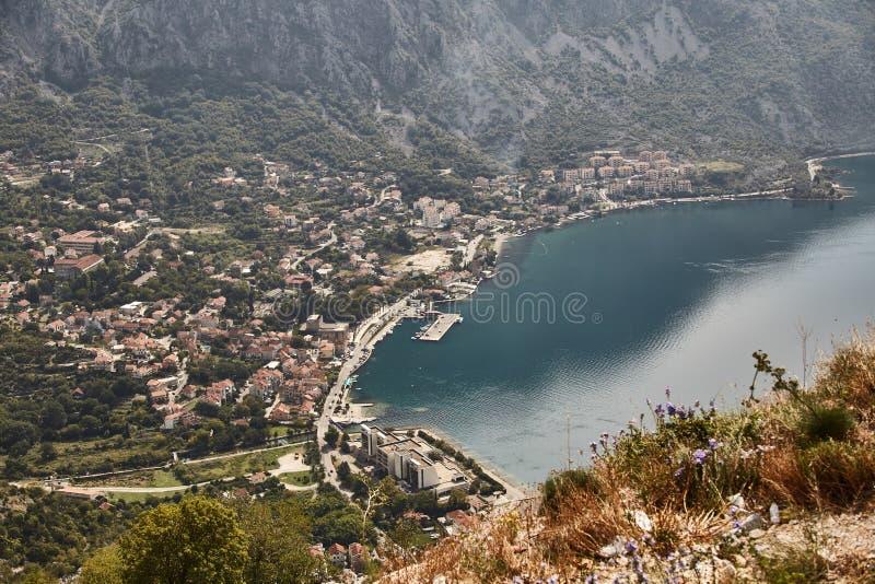 Staden av Risan Sikt av fjärden av Kotor från observationsdäcket Montenegro Sommar royaltyfria foton