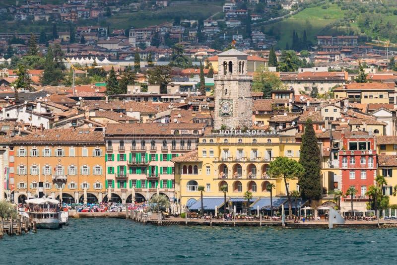 Staden av Riva del Garda som ses från sjön arkivbilder