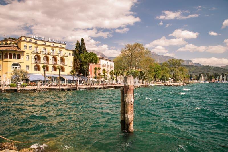 Staden av Riva del Garda som ses från sjön arkivbild
