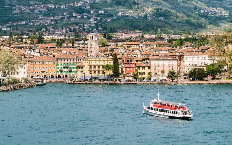 Staden av Riva del Garda som ses från sjön royaltyfria foton