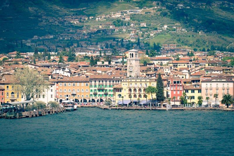 Staden av Riva del Garda som ses från sjön royaltyfri fotografi