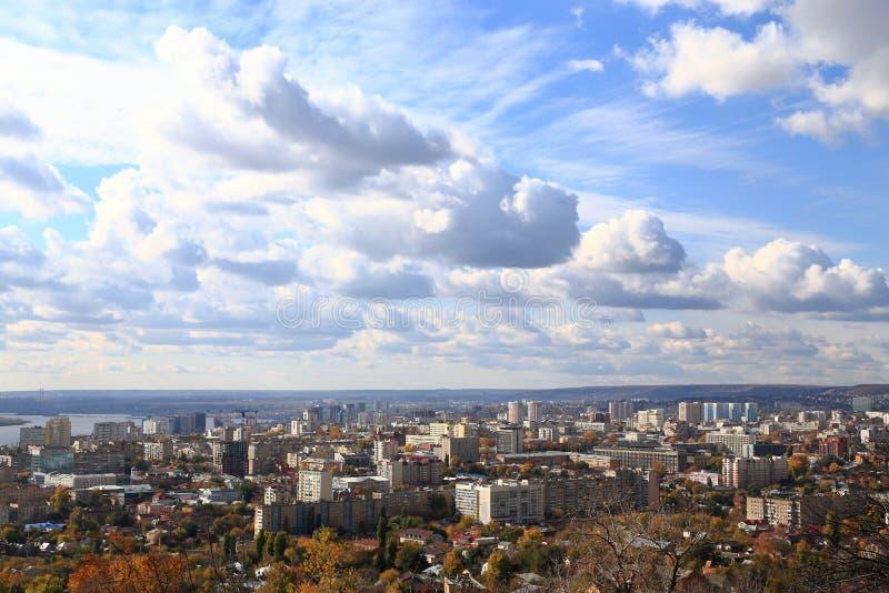 Staden av Saratov på banken av Volgaet River mot den blåa himlen Sikt från det Sokolovaya berget arkivbild