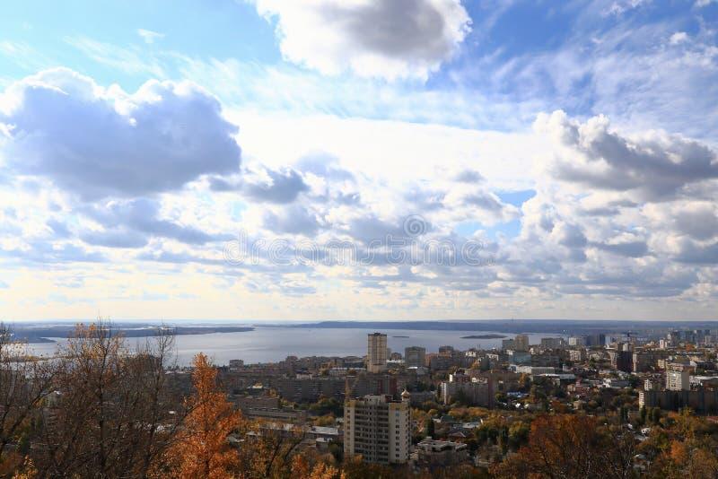 Staden av Saratov på banken av Volgaet River mot den blåa himlen Sikt från det Sokolovaya berget arkivbilder