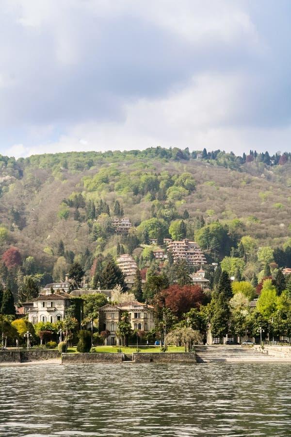 Staden av Stresa på sjön Maggiore arkivbild