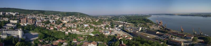 Staden av Svishtov på Danube River, Bulgarien, Juli 2017 arkivbild