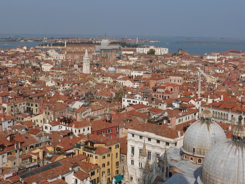 Staden av Venedig är ett nätverk av kanaler och aktiva gemenskaper arkivfoton