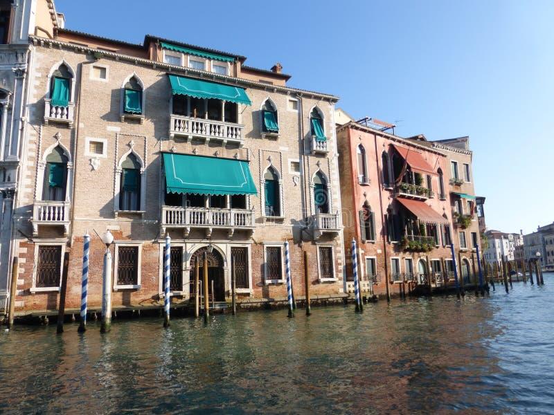 Staden av Venedig är ett nätverk av kanaler och aktiva gemenskaper royaltyfri bild