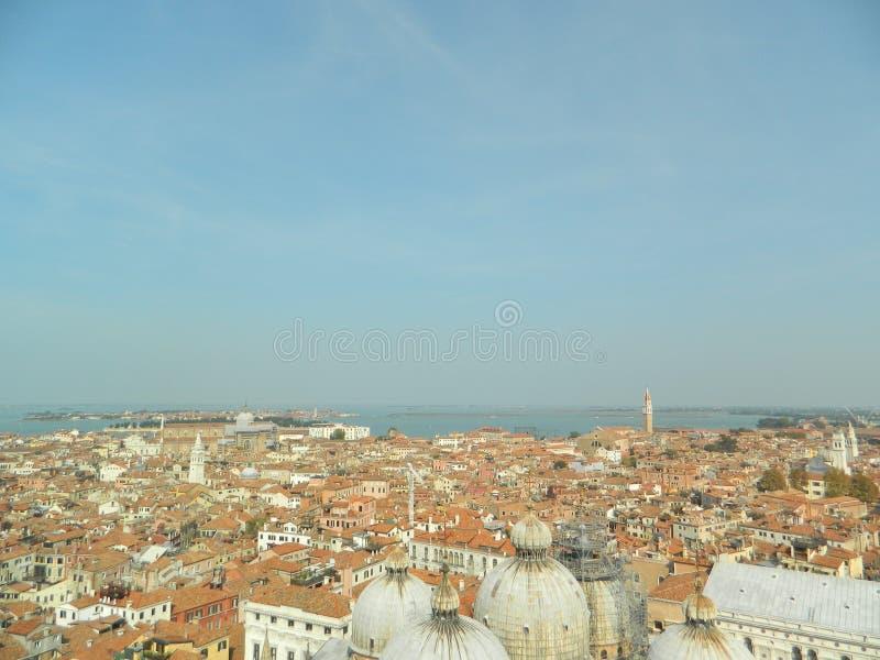 Staden av Venedig som sett uppifrån av klockatornet royaltyfri bild