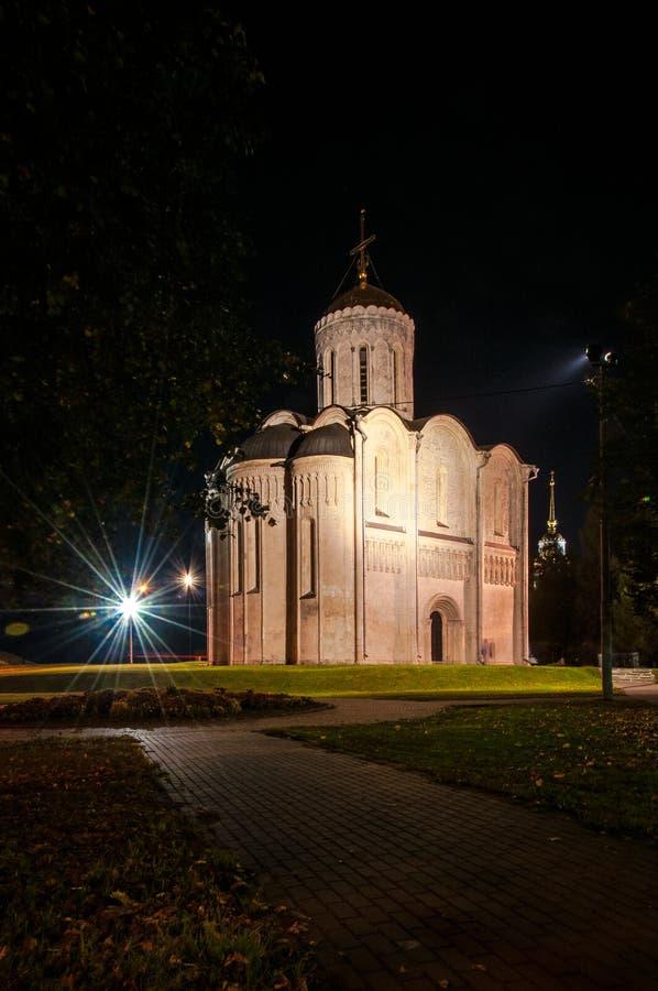 Staden av Vladimir Slutet av September 2015 Tända den huvudsakliga fyrkanten och Sten Demetrius Cathedral i staden royaltyfri fotografi