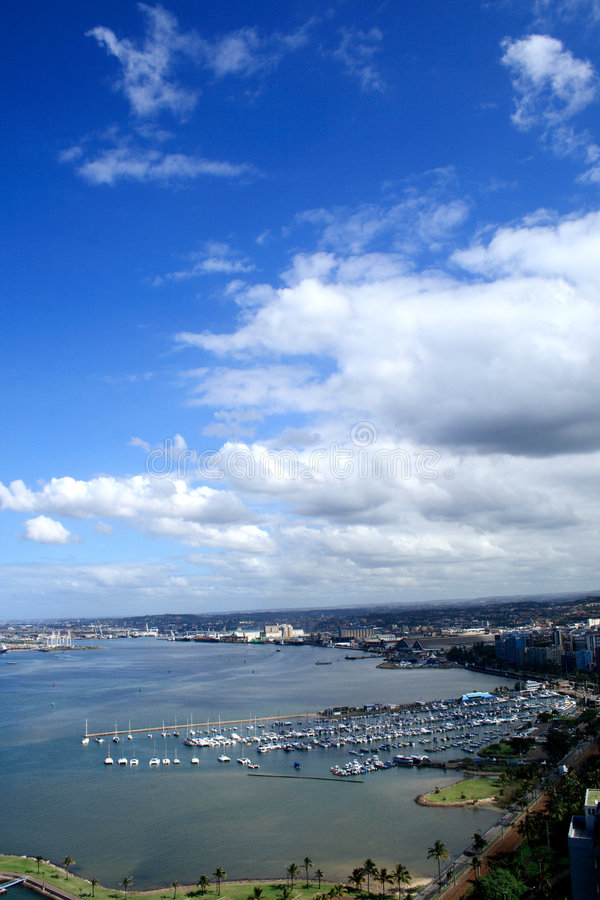 staden clouds kust- over royaltyfria bilder