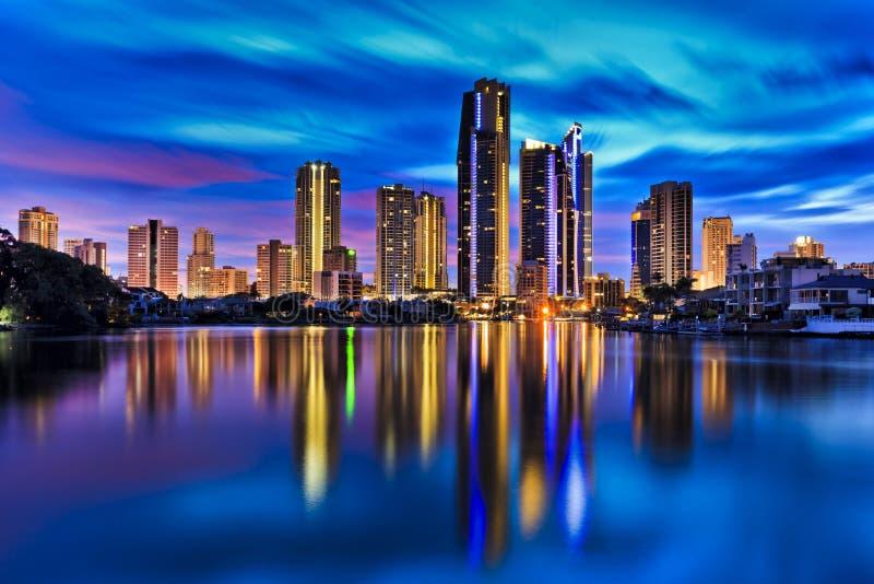 Staden för QE-surfareparadiset reflekterar fortfarande floden royaltyfria bilder