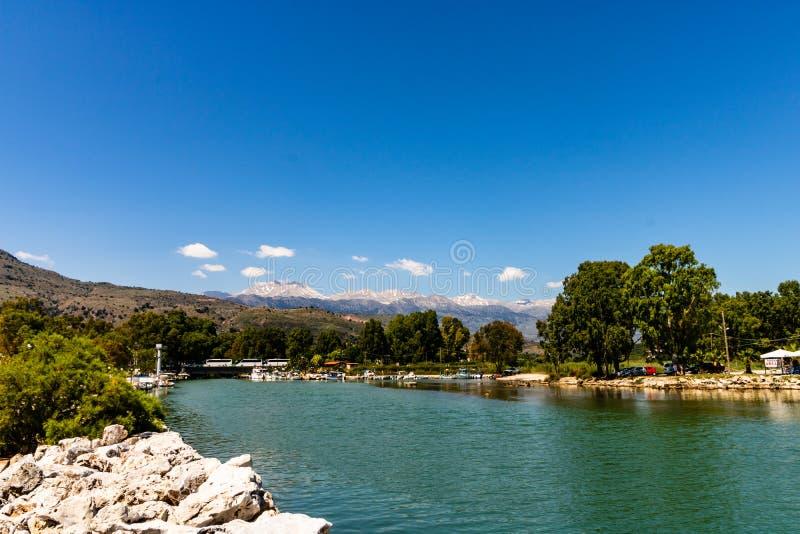 Staden Georgioupoli, Kreta, Grekland och snöig vit bergskedja, Agios Nikolaos fotografering för bildbyråer