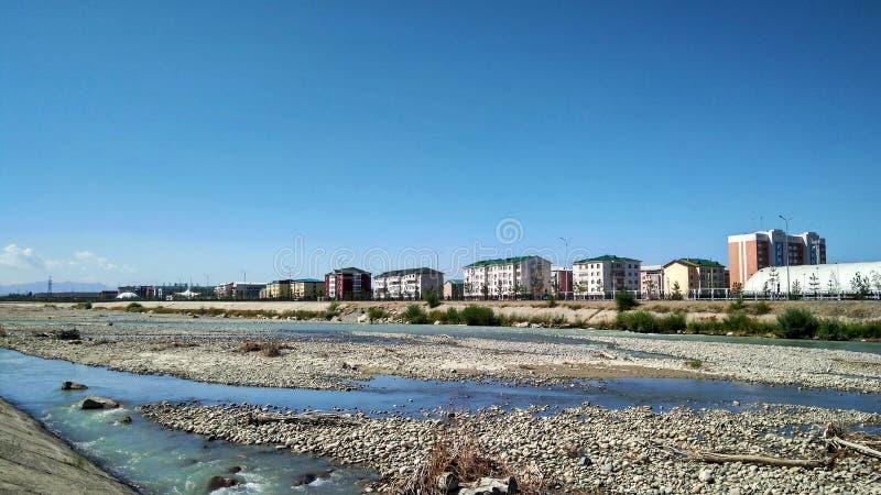 Staden och den klara blåa himlen och floden arkivfoto
