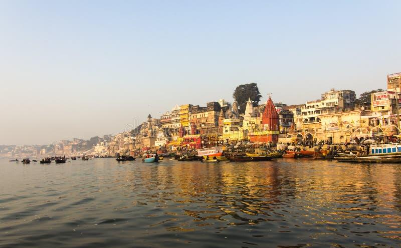 Staden och ghatsna av Varanasi royaltyfri foto