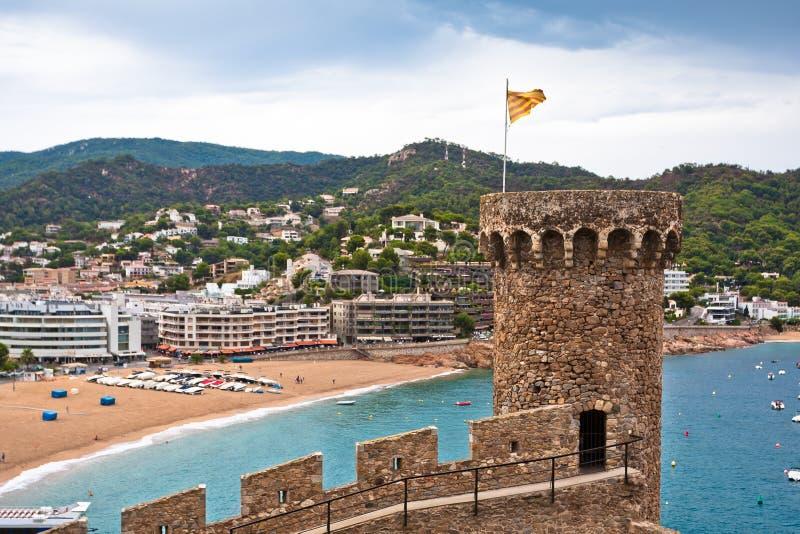Staden och stranden beskådar från slottet, Tossa de Fördärva royaltyfri foto