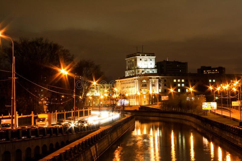 Staden på natten längs floden arkivbilder