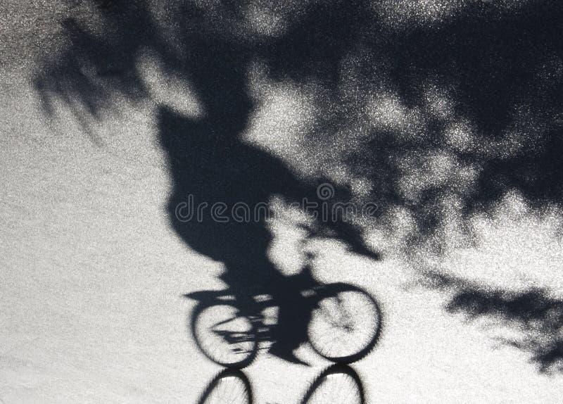 Staden parkerar cykelrittskugga royaltyfri foto