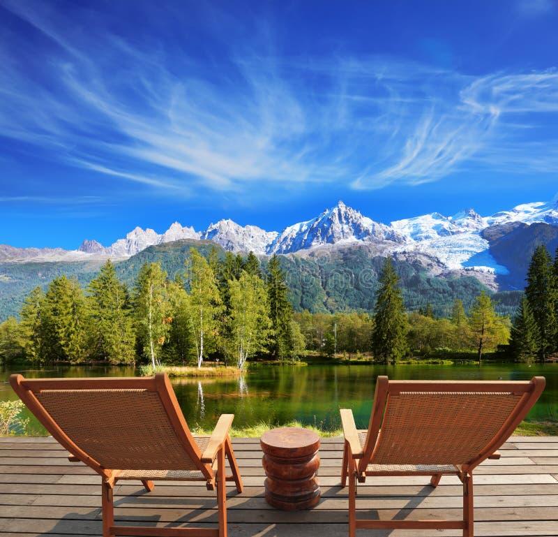 Staden parkerar i den alpina semesterorten royaltyfri foto