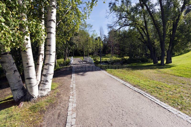 Staden parkerar i sen sommar arkivfoto