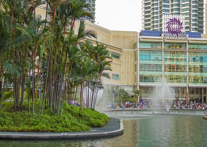 Staden parkerar med sjön och fontainsna fotografering för bildbyråer