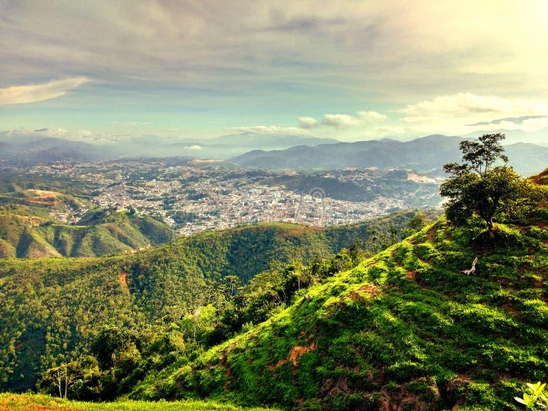 Staden som döljas i bergen royaltyfri bild
