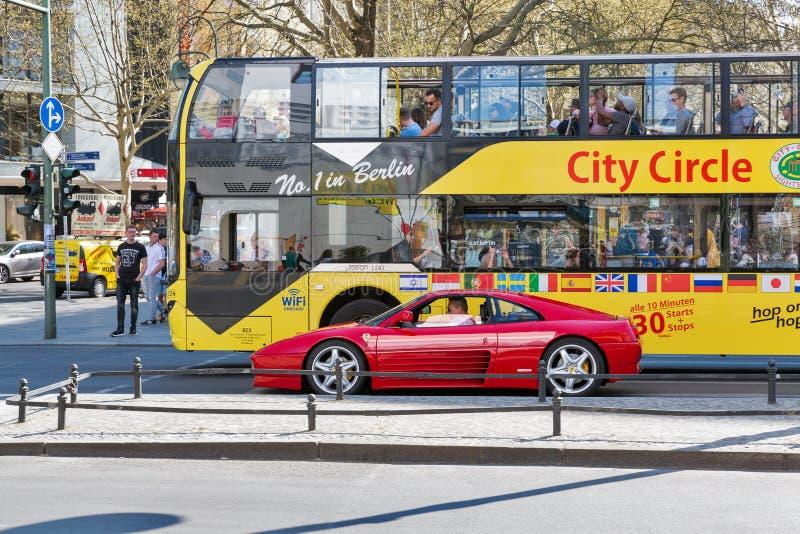 Staden turnerar bussen i Berlin, Tyskland royaltyfri bild