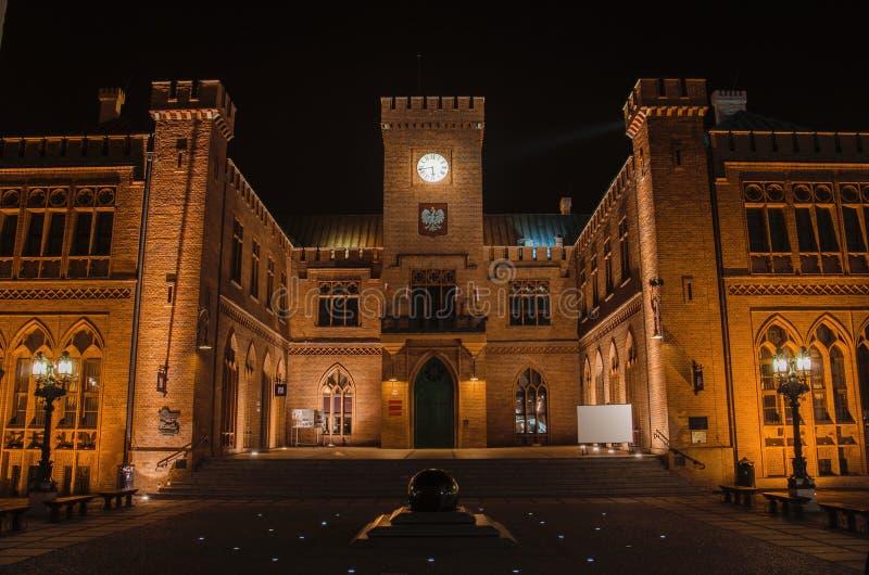Stadhuis bij nacht stock fotografie
