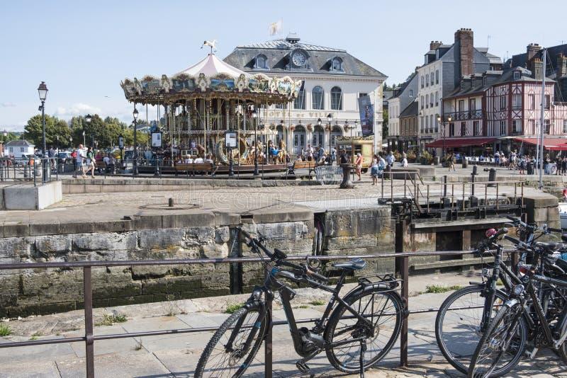 Stadhuis en carrousel in Vieux Bassin of oude haven bij middeleeuwse stad Honfleur Normandië, Frankrijk royalty-vrije stock foto