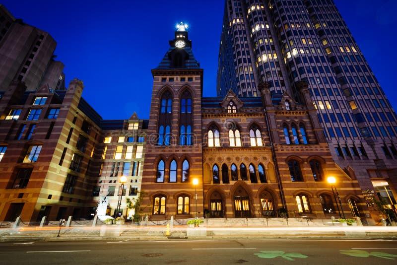 Stadhuis en het Financiële Centrum van Connecticut bij nacht, in neer stock fotografie