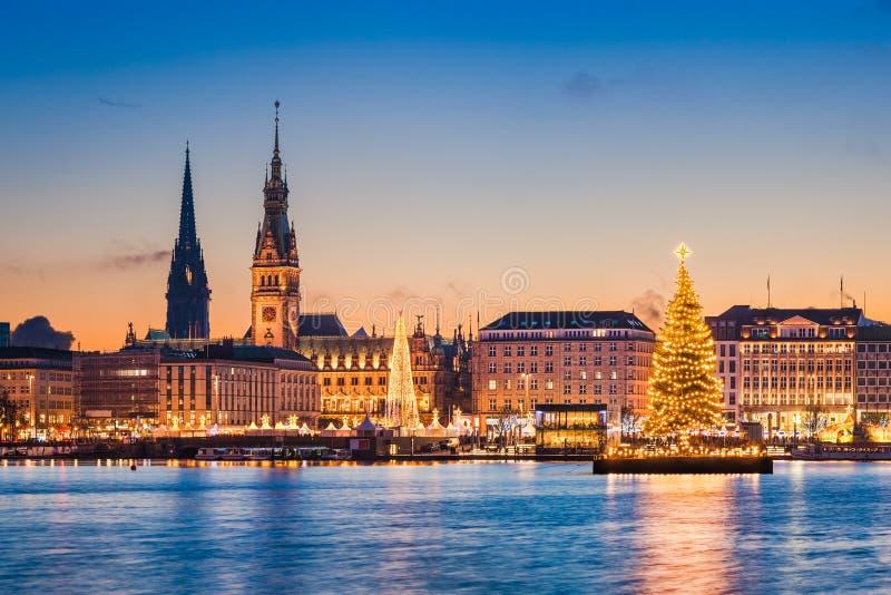 Stadhuis en Kerstmismarkt in Hamburg, Duitsland stock foto's