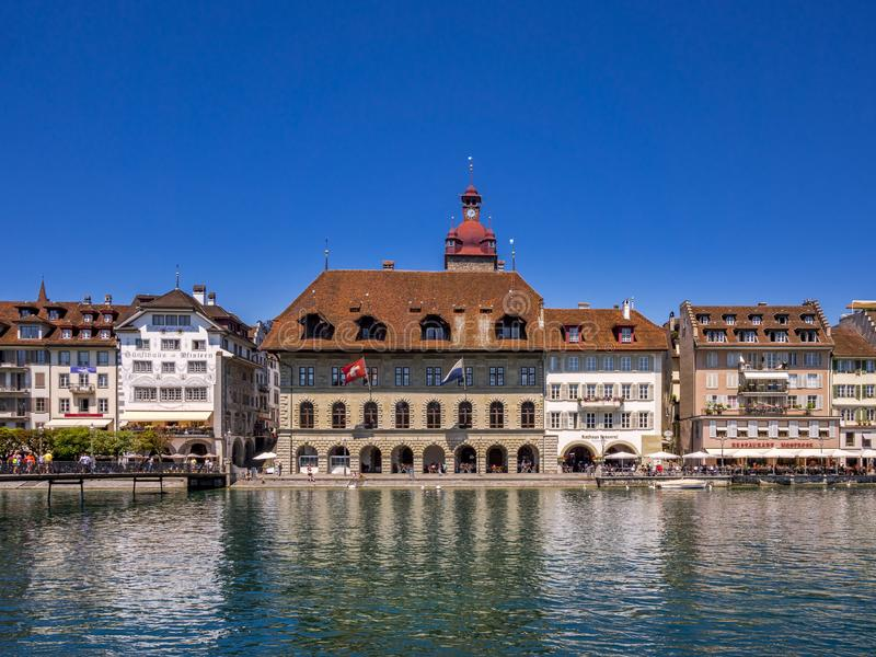 Stadhuis en restaurants op de rivier Reuss in Luzerne, Switzer stock afbeeldingen