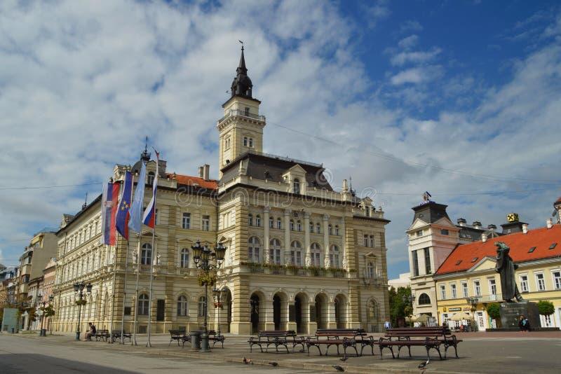 Stadhuis in het centrum van Novi Sad stock afbeelding