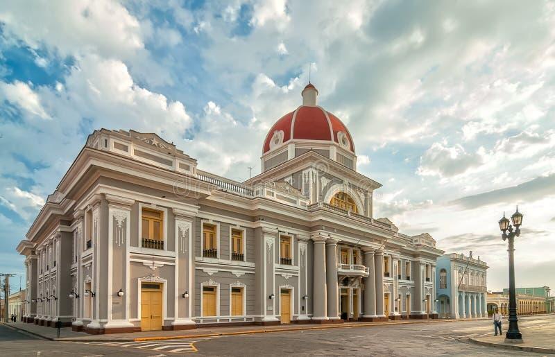 Stadhuis van Cienfuegos-stad bij Jose Marti-park met sommige plaatselijke bewoners stock afbeelding