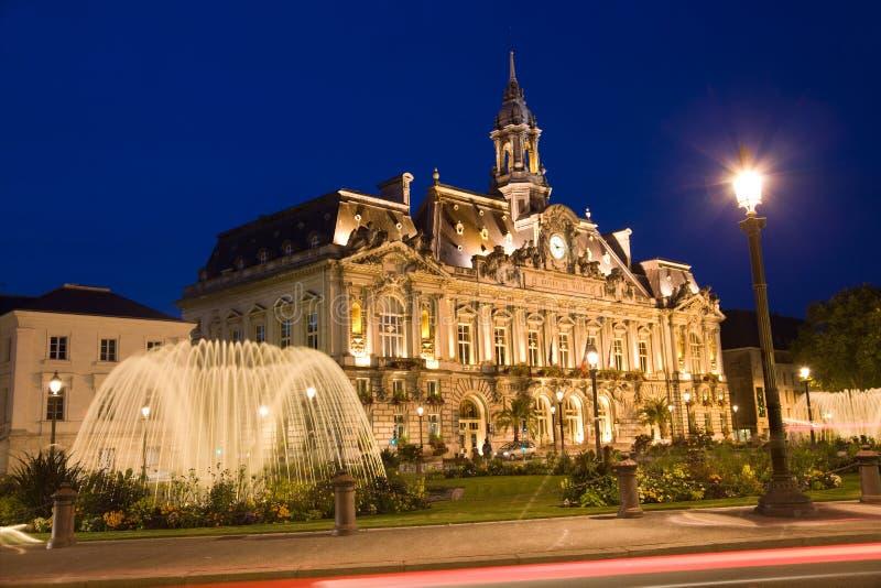 Stadhuis van de stad van Reizen bij nacht stock afbeelding