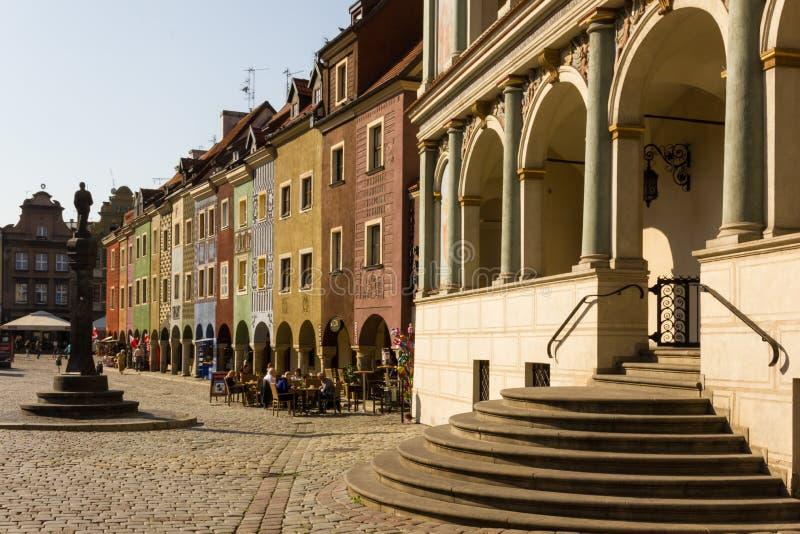 Stadhuis & van Handelaars huizen in het Vierkant van de Markt. Poznan. Polen stock foto