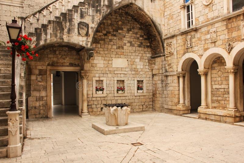 Stadhuisbinnenplaats Trogir Kroatië royalty-vrije stock afbeelding