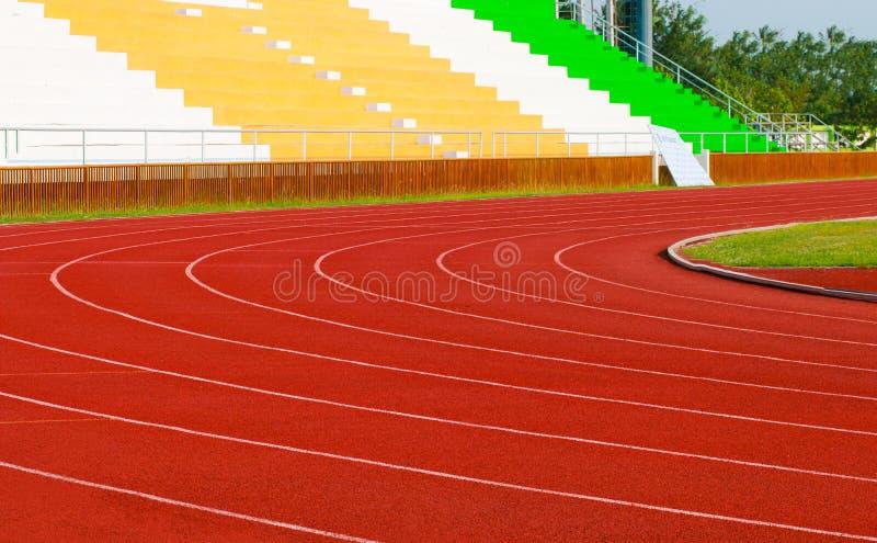 Stadio di atletica con la pista rossa: tema di sport immagini stock