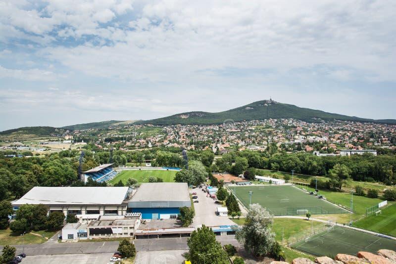 Stadio di football americano in città di Nitra e collina Zobor immagini stock