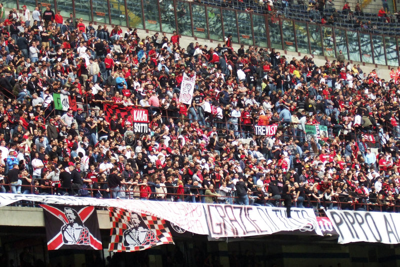 Stadio di Milano - folla dei ventilatori immagini stock libere da diritti