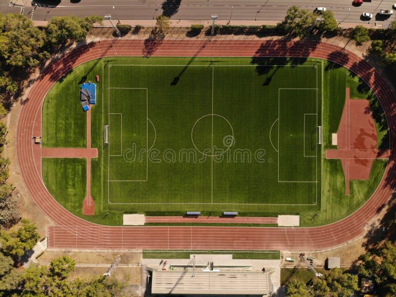 Stadio e campo di calcio correnti della pista immagine stock libera da diritti