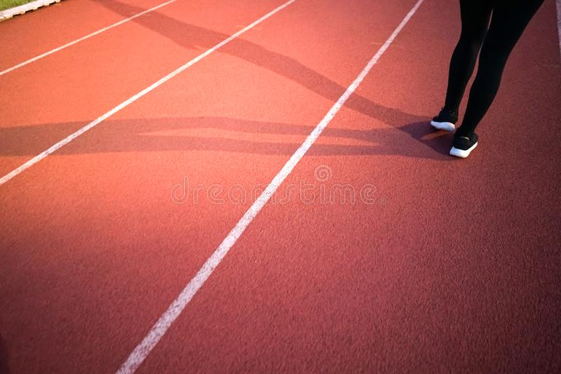 stadio sportivo di pista con una gestione leggera e femminile fotografia stock