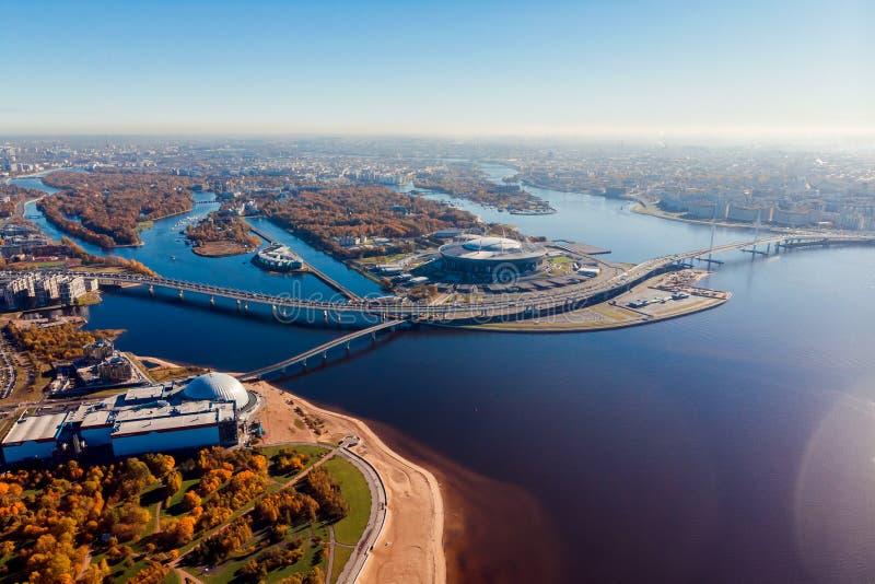 Stadio St Petersburg Zenit-arena Golfo della Finlandia Linea costiera Chiaro giorno di autunno Cielo blu Ponte pedonale highway immagini stock