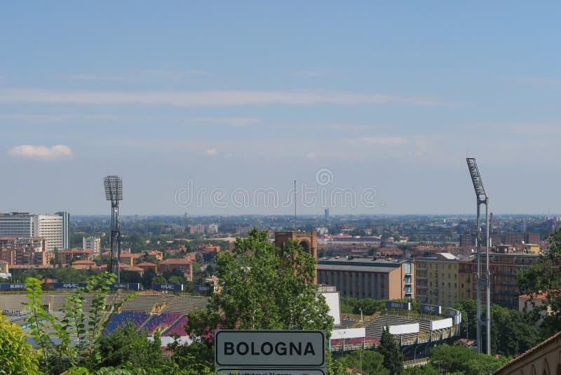 Stadiom do futebol da Bolonha, Itália, vista do leadin dos mandris fotos de stock