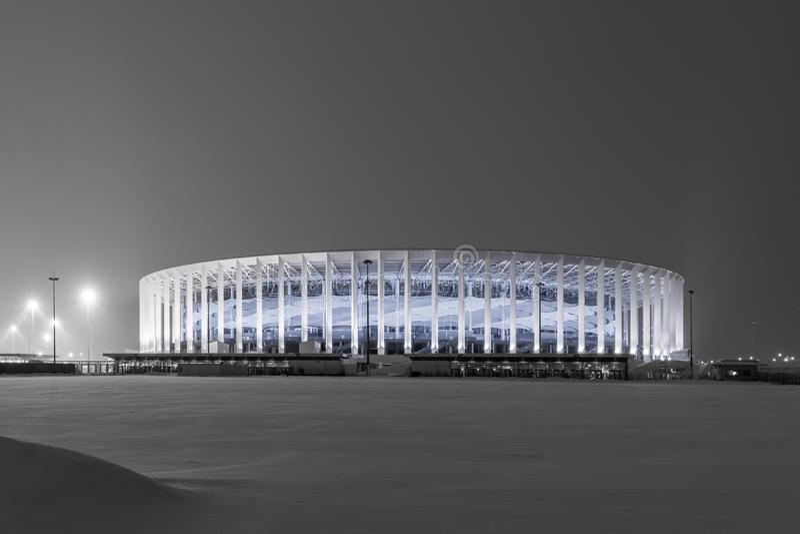 Stadion futbolowy w Nizhny Novgorod w zimie Nowożytna sport łatwość z nocy oświetleniem obrazy stock