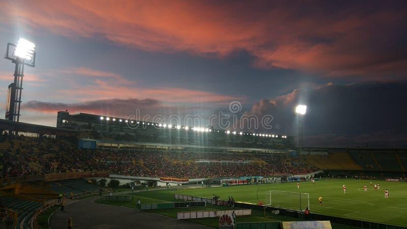 Stadion gekleidet im Rot lizenzfreie stockfotografie