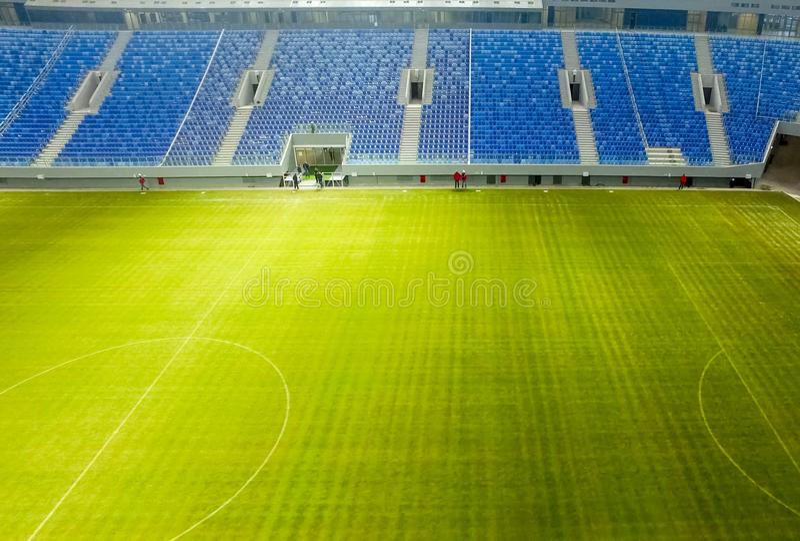 Stadion i nybygget ny stadion Gräsmatta och ställningar arkivfoton